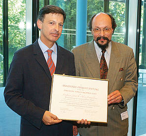 Professor José A. Obeso (left) with Professor Mathias Sturzenegger, President of the Prize Committee and member of the board of Parkinson Schweiz.